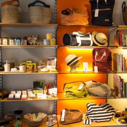 Themen-Welten im Regal im Weltladen Hamburg Bergedorf