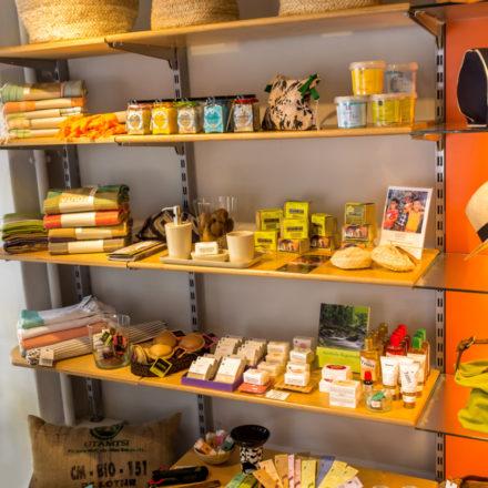 Wellness-Regal im Weltladen Hamburg Bergedorf