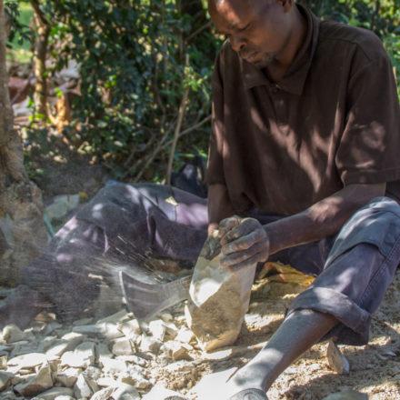 Für das Zerkleinern der Steine werden oftmals Macheten verwendet.