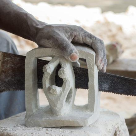 Das Buchstützen-Paar hat der Mitarbeiter vorher auf beiden Seiten in Form geschnitzt.