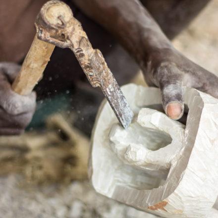 Für die grobe Form verwenden die Arbeiter große Werkzeuge. Sie gehen hierbei beeindruckend schnell und präzise zu Werke. Hier zu sehen: der Rohling eines Buchstützenpaares.