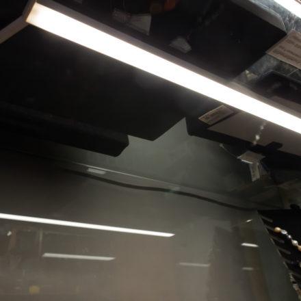 Die LED-Leiste wird von unten an den Glasboden geklebt.