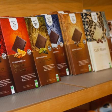Die Schokoladentafeln sind komplett sichtbar. Kartons verdecken sonst z.B. die untere Fläche mit dem Siegel.