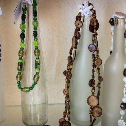 Auf Glasflaschen lassen sich Ketten prima dekorieren.