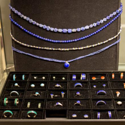 Halsketten und passende Ringe, Ohrstecker und Ohrhänger