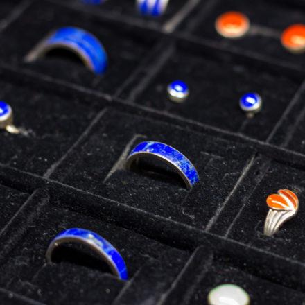 Ringe, Ohrstecker und Ohrhänger sitzen fest und sehen sehr sauber und geordnet aus.