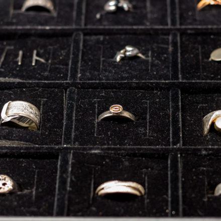 Die Ringe liegen sauber und geordnet in den Fächern.