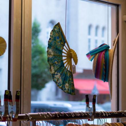 Hängende Fächer als Deko im Schaufenster im Weltladen A Janela Berlin
