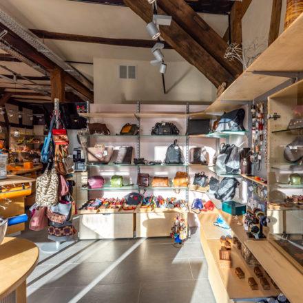Die Themen-Welt Mode & Accessoires mit (von rechts) Schals, Echtschmuck (Vitrine), Modeschmuck und Lederwaren/ Taschen ist zusammen auf der rechten Seite präsentiert.