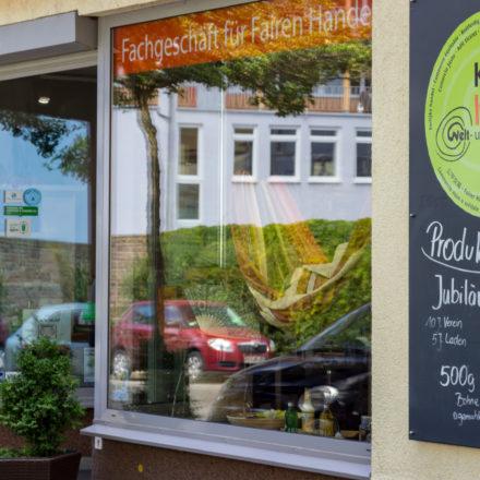 Der Weltladen Kassel hat draußen vor dem Geschäft eine Tafel, auf der das jeweilige Produkt des Monats angeschlagen steht.