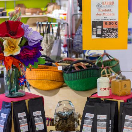 Der Jubiläumskaffee ist in der Mitte des Ladenlokals präsentiert.