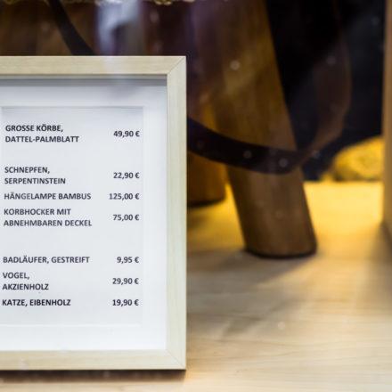 Sauber und ordentlich sieht die Preisauszeichnung im Schaufenster aus. Im Bilderrahmen!