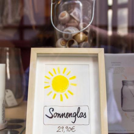 Preisauszeichnung für das Sonnenglas im Schaufenster