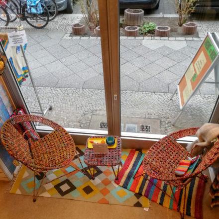 Schaufensterdeko mit zwei Clubsesseln