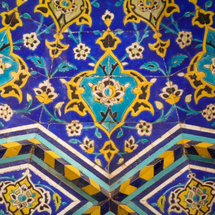 Kunstvoll verzierte Fliesen in der Freitagsmoschee von Isfahan