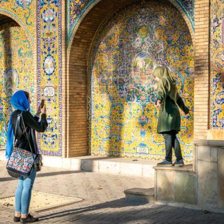 Die Höfe und Fassaden des Golestan-Palastes sind auch bei iranischen Jugendlichen eine beliebte Kulisse für Fotos.