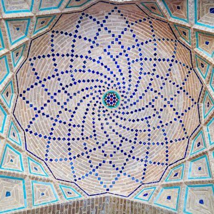 In der Vakil-Moschee in Shiraz schmücken besonders viele Blumen- und Vogelmosaiken die Säulen und Fassaden.