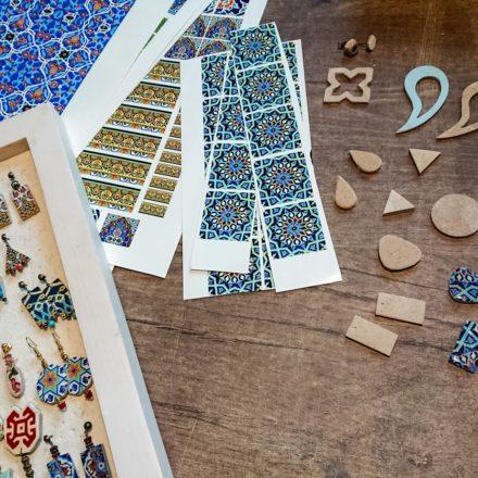 Shiva wählt passende Muster aus den Mosaiken aus. Diese werden in einer Druckerei auf spezielle Transferbögen gedruckt.