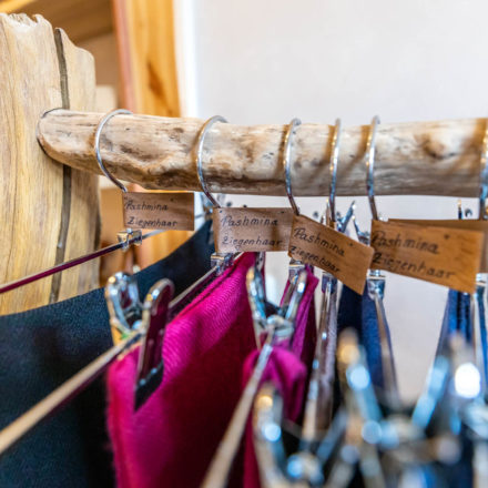 Die exklusiven Pashmina-Schals sind gesondert gekennzeichnet mit schönen Etiketten.