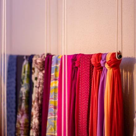Ihr könnt euch aus Bad Hersfeld die Anregung der Stangenaufhängung an den Seilen abschauen und hochwertige Schals mal an einer separaten Wand aufhängen, z.B. hinter der Kasse