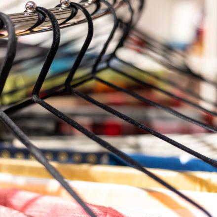 Platzsparend, mobil und die Schals sind klar strukturiert - ein Spiralständer bietet viele Vorteile