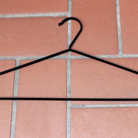 Die Kleiderbügel stammen von IKEA und eignen sich gut für Schals