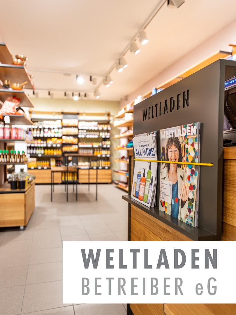 Das Holz für das Regalsystem kommt aus nachhaltiger und regionaler Forstwirtschaft, die Regale selbst sind in Bethel sozial gefertigt, die Wandfarben ökologisch und auch die Fliesen sozial verträglich. Der Weltladen Weinheim gehört zu einem der nachhaltigsten Einzelhandelsgeschäfte Deutschlands!