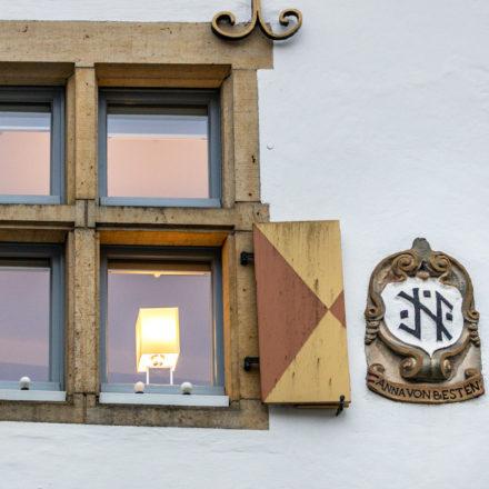 Wappen von Anna von Beesten. Ihren Eltern gehörte der Vorgängerbau. Zusammen mit ihrem Ehemann baute sie das Haus bereits 1649 wieder auf.