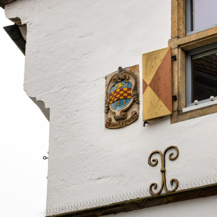 Wappen von Johan Lethmate. Darin zu sehen sind die Ären für Wohlstand, in der Mitte das Schachbrett für Weisheit und ganz oben der Löwe für Stärke.