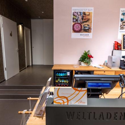 Durch den Durchgang gelangen Großverbraucher*innen in den Großhandelsbereich im Lager. Der Weltladen Rheine fungiert gleichzeitig als regionales Verteilerzentrum für Weltläden und Aktionsgruppen.