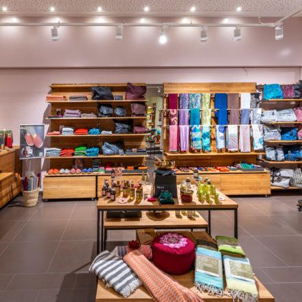 Die Wand auf der, vom Eingang aus gesehen, rechten Seite ist komplett für die Produktwelt Mode & Accessoires vorgesehen.
