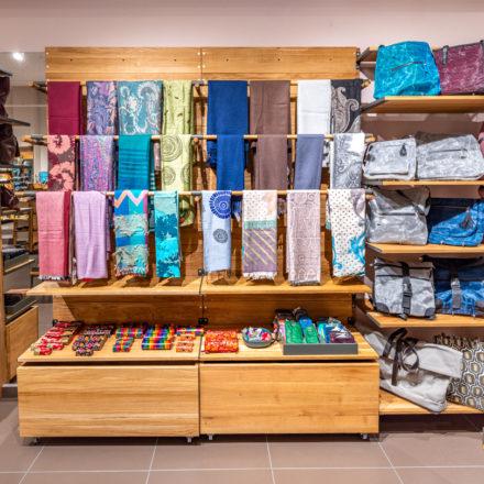 Da wir Kund*innen in den meisten Fällen im Laden rechts herum gehen, ist diese Ladenseite oftmals für die besonders hochwertigen Sortimente vorgesehen.
