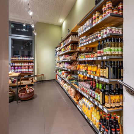 Der Sortimentsschwerpunkt in den WELTLADEN BETREIBER eG Filialen liegt auf non-food. Im zweiten Raum finden an einer Seite die Lebensmittel.