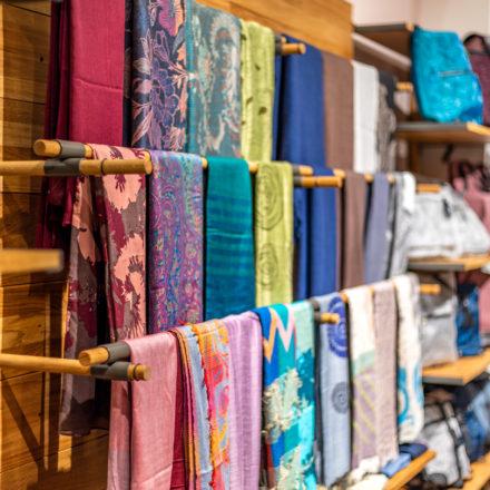 Im Wiederverwandt Regalsystem werden die Schals auf versetzt angebrachten Stangen präsentiert.