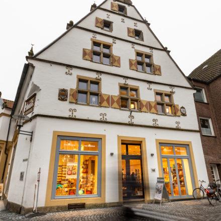 Der Weltladen verfügt über 3 Schaufenster: 2 auf der Marktseite und eines auf der linken Seite.