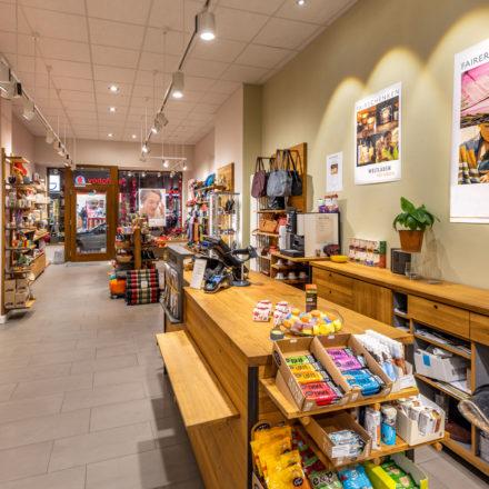 Der große Tresen in Bockenheim bietet viel Platz für Waren - und auch die Möglichkeit, die eigene Tasche auf dem unteren Holzbrett abzustellen