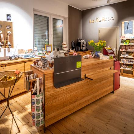Verkaufstresen im Weltladen Paderborn. An der Wand sind Kaffeeschütten angebracht.