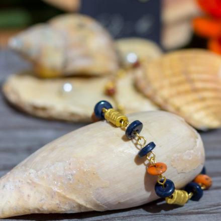 Naturmaterialien eignen sich hervorragend, um Schmuck zu dekorieren.  Beispiele sind Muscheln wie hier, oder aber auch Sand, Schieferplatten oder Holz.