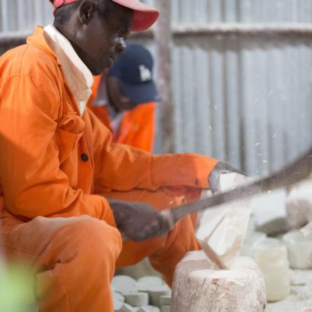 Die großen Speckstein-Blöcke werden mit großen Werkzeugen mit viel Präzision in kleinere und handhabbare Stücke zerkleinert.