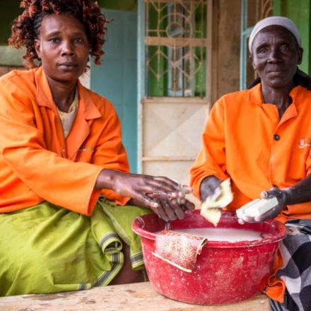 Im Anschluss an das Schnitzen der groben Form, schleifen zwei Mitarbeiterinnen von Undugu die Stücke mit Schmirgelpapier. Das Wasser schützt sie dabei vor Staub.