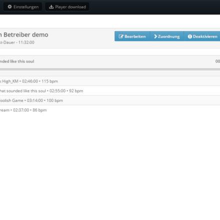 Abgespielt wird die Musik über den Browser. Nach dem Login können vorgefertigte und eigene Playlists ausgewählt werden.