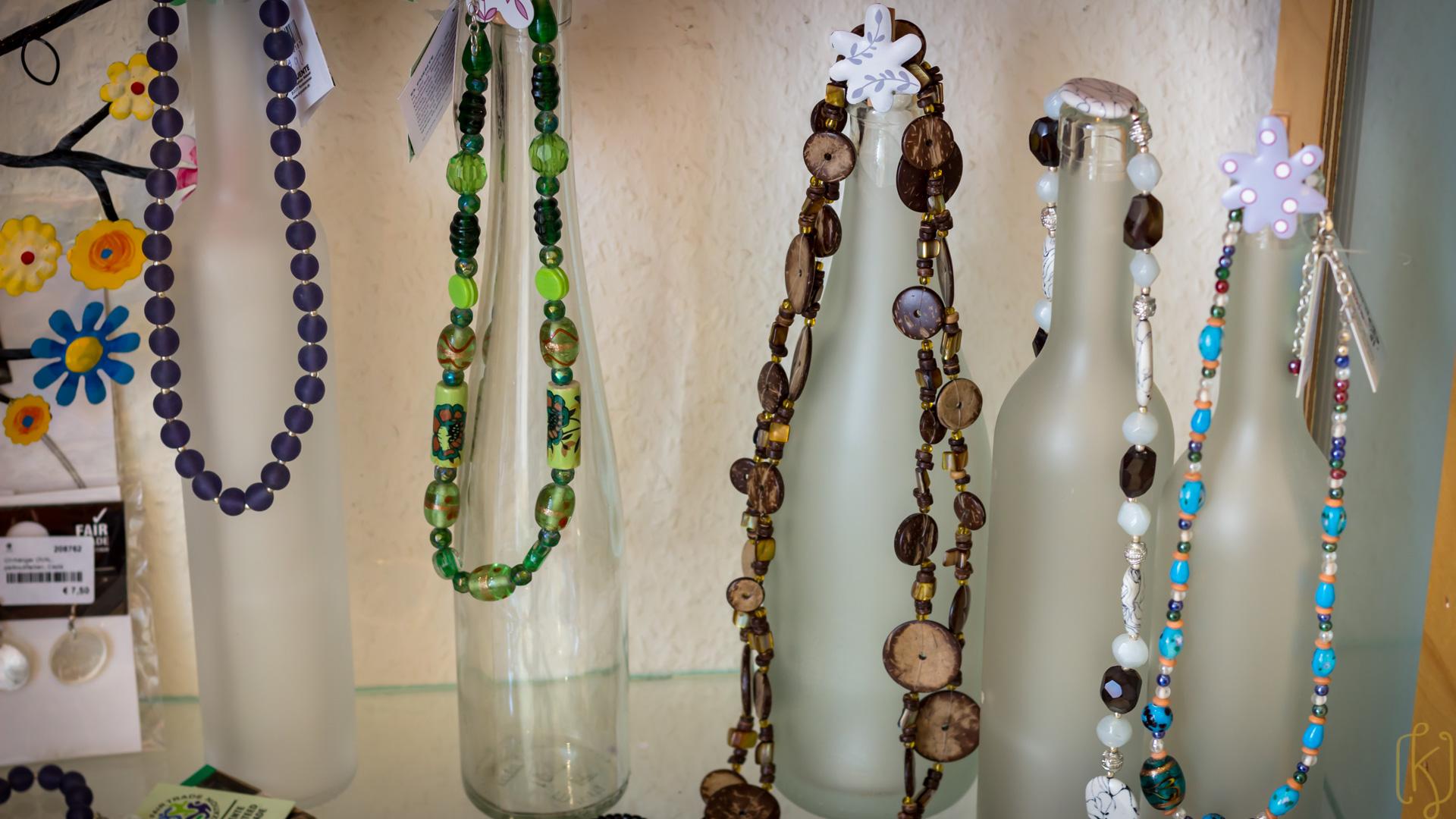 Kurztipp: Glasflaschen als Deko für Modeschmuck